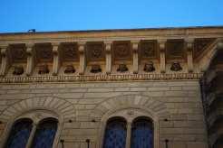 Sulla facciata di Palazzo Salimbeni i volti in pietra omaggiano le personlità più illustre della città (ovviamente solo quelle maschili).