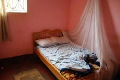 Le camere di alcuni alberghi a Kampala (Uganda) non hanno la porta, ma sono pulite e molto comode.
