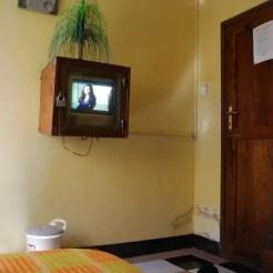 Moshi (Tanzania). Camera senza bagno e televisore sotto chiave.