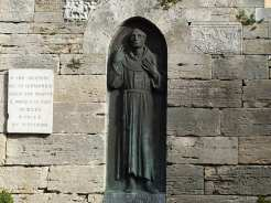 La statua di Jacopone da Todi: il suo comportamento eccentrico e il suo desiderio per una esperienza di fede più rigorosa lo portarono in conflitto con il papa Bonifacio III, che lo scomunicò nel 1298.