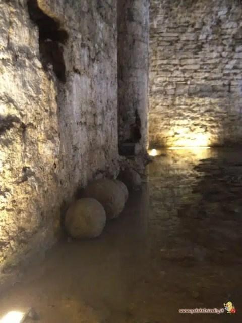 Le munizioni dei cannoni lungo le mura di Bergamo