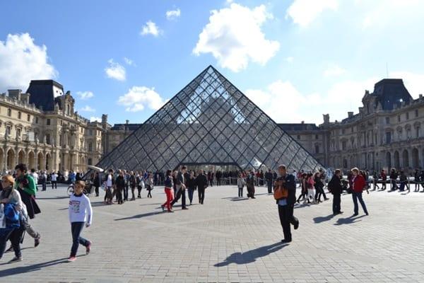 Ingresso al museo del Louvre di Parigi