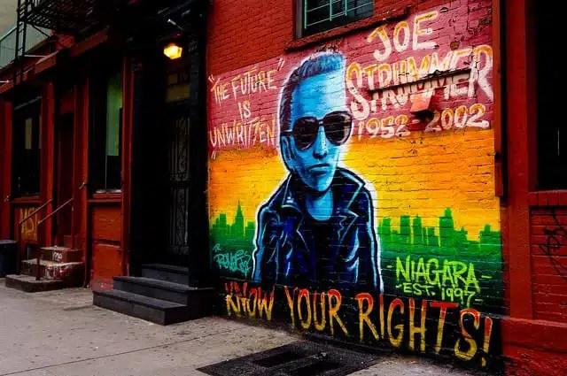 Il ritratto di Joe Strummer nell'East Side (foto di Peyri Herrera)