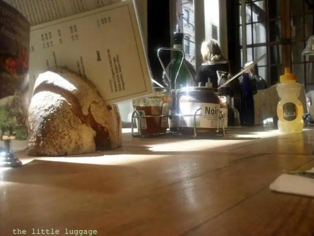 L'interno di uno dei ristoranti della catena belga Le Pain Quotidien