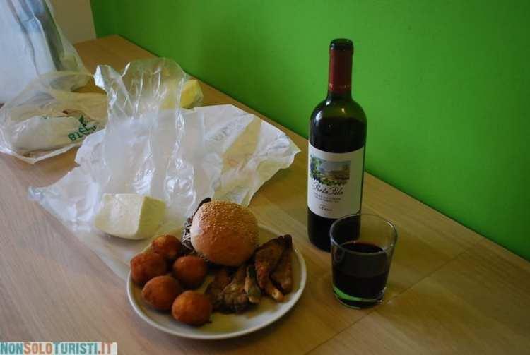 Arancine, panino con la milza e verdure impastellate - street food a Palermo