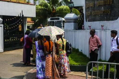 Ragazze con parasole nella periferia - Colombo