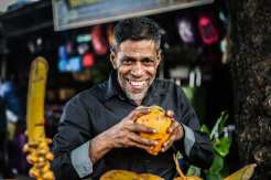 Degustazione di un frutto tropicale - Colombo