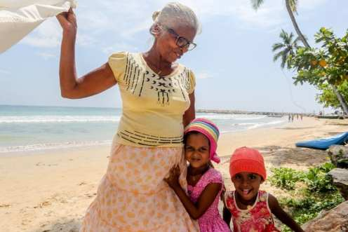 Nonna e nipotine Singalesi