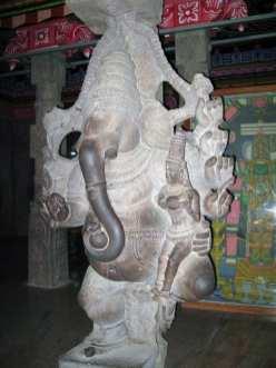 11 colonna a forma del dio ganesha