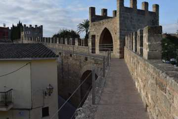 Passeggiata lungo le mura medievale di Alcúdia