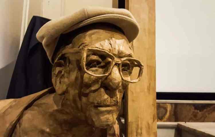 Statua in legno di Edoardo de Filippo presso il Nuovo Teatro Sanità