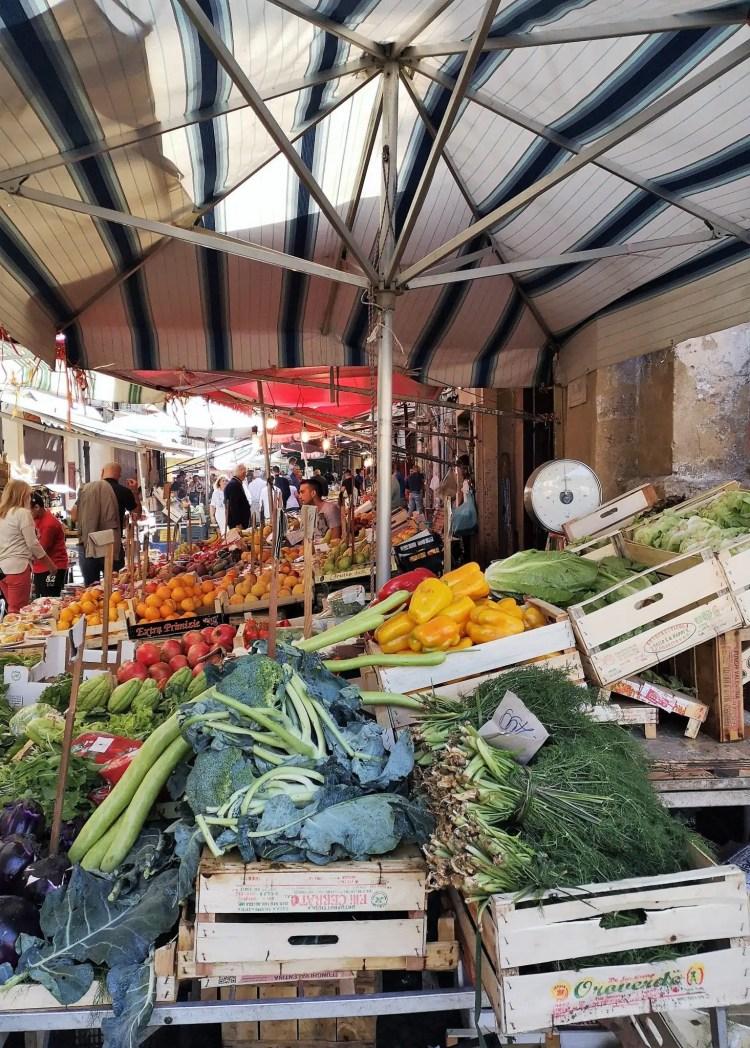 Un banco al mercato del Capo di Palermo con frutta e verdura