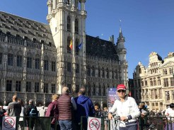 Arrvivo alla Grand Place in bici