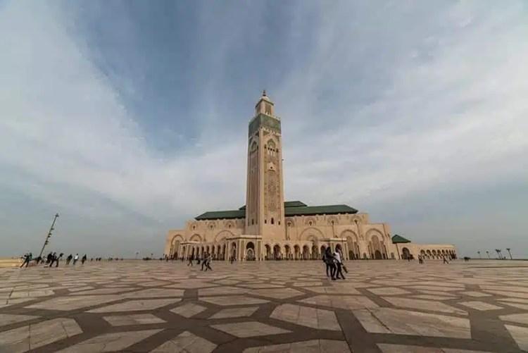 La Moschea di Hassan II e il suo immenso cortile esterno