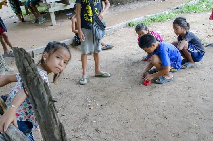 bambini alle cascate del Mekong.
