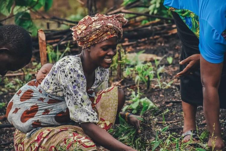 donna africana con bambino