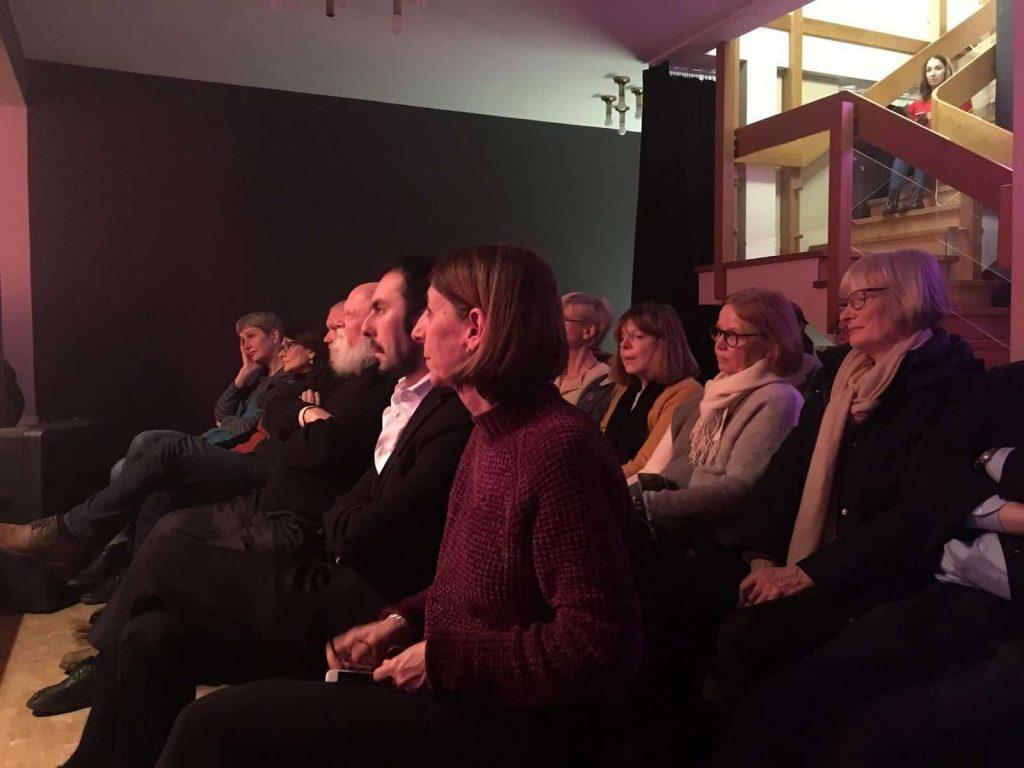 Der Konsul Federico Lorenzo Ramaioli und die Verlegerin Alessandra Ballesi-Hansen schauen di Lesung von der ersten Reihe an.
