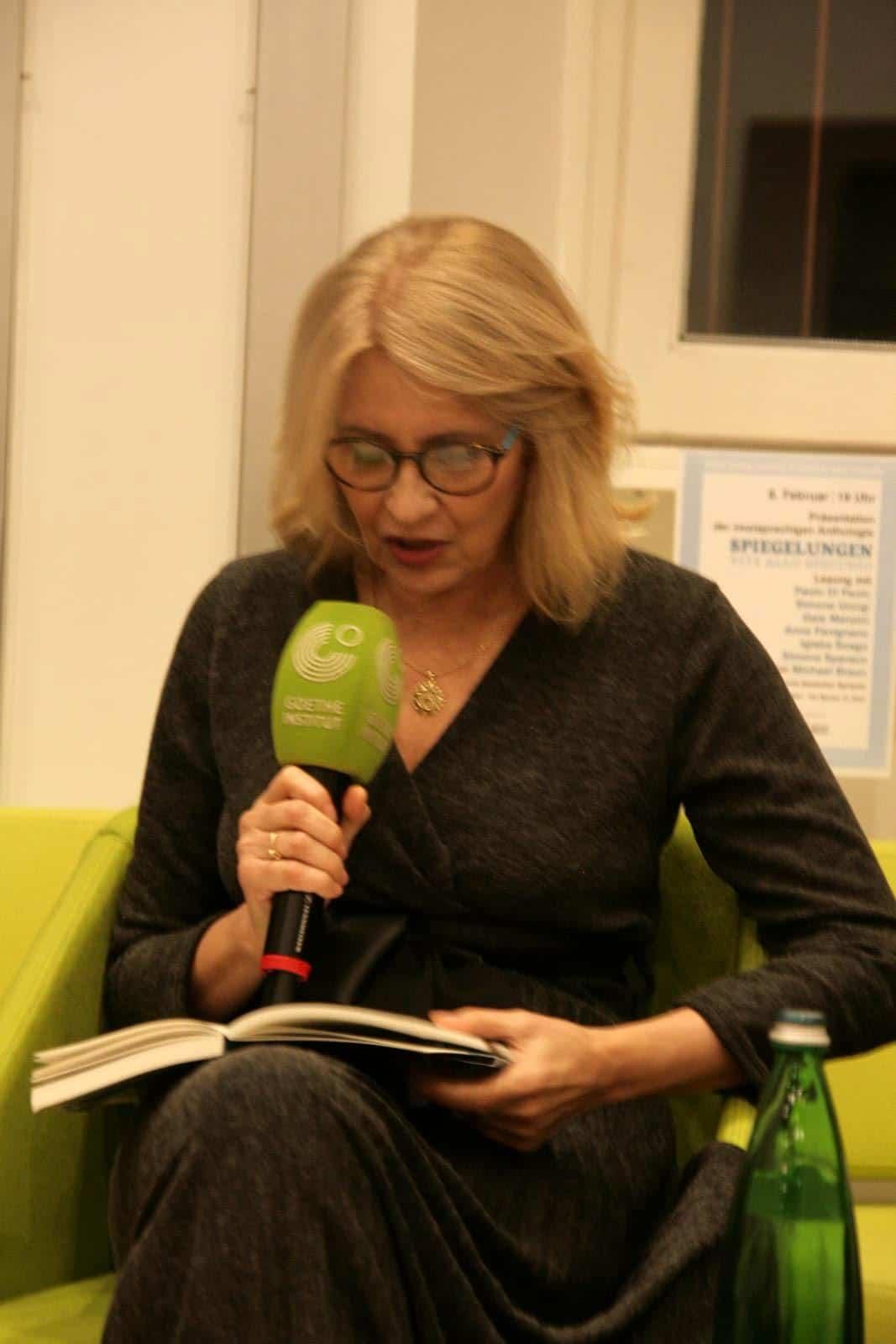 Anna Pavignano am Lesen