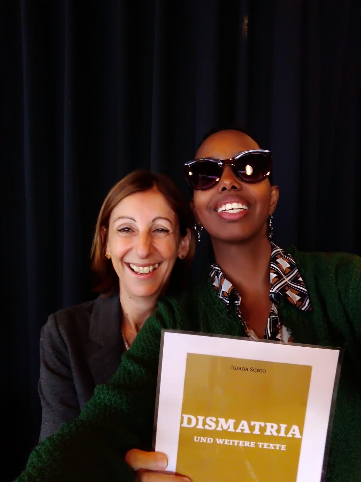 """La scrittrice Igiaba Scego e l'editrice Alessandra Ballesi Hansen si fanno un selfie con la copertina di """"Dismatria"""", che uscirà a febbraio 2020."""