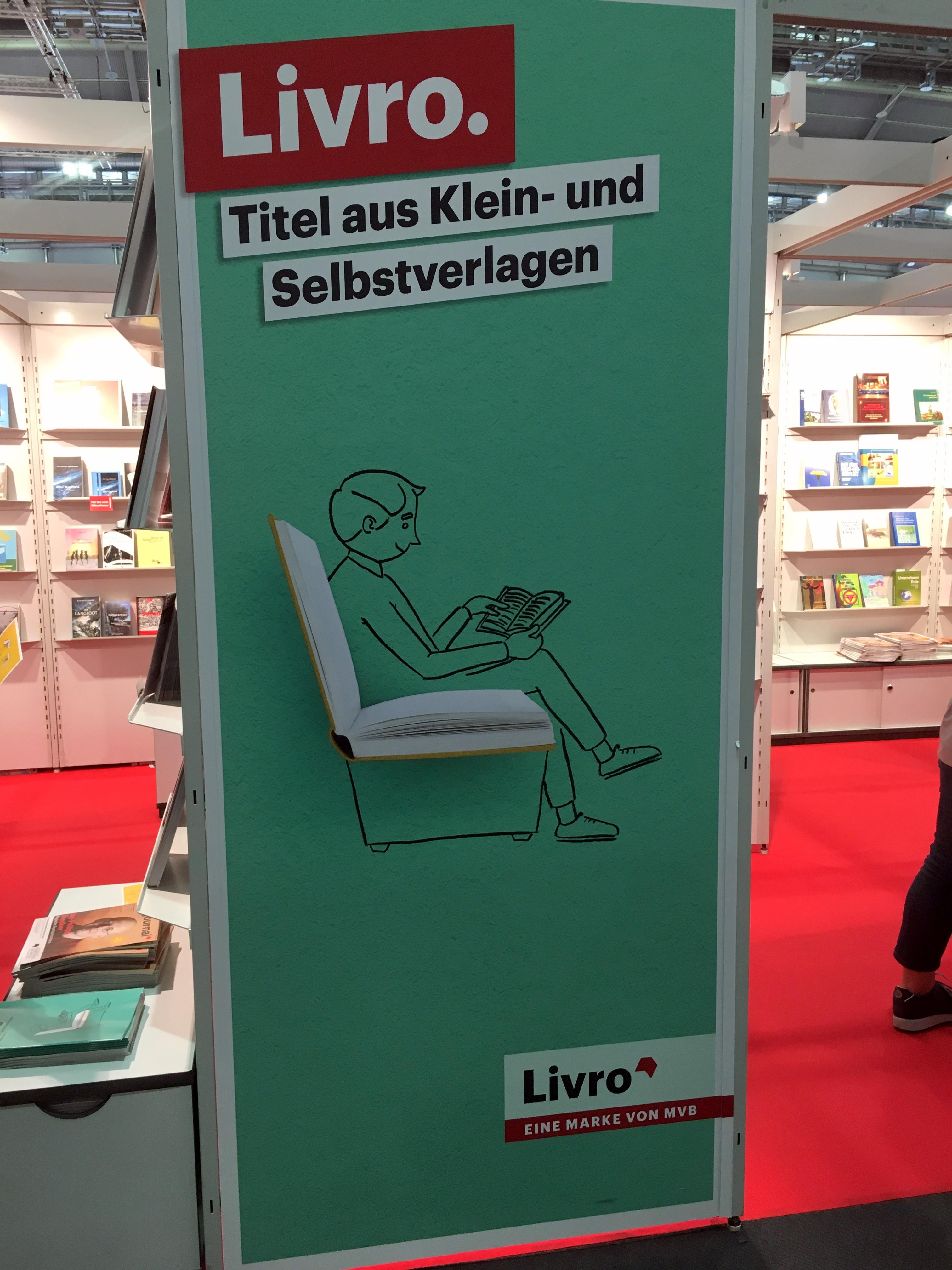 """Der Livro-Stand ist für unabhängige Verlage reserviert, in denen der neueste Roman """"Hummerjahre"""" von Nicola H. Cosentino vorgestellt wurde"""