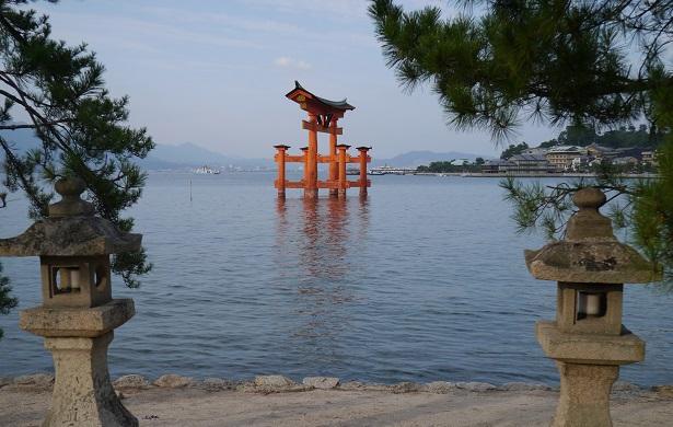 Autre Raison Daller A Hiroshima Car Lile De Miyajima Se Trouve Juste Cote Cest Un Des Lieux Les Plus Photographie Du Japon Avec Sa Torii Rouge Qui