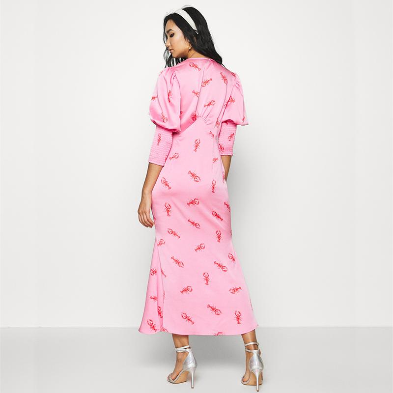 Produktbild Model trägt Maxi Kleid hummer von hinten