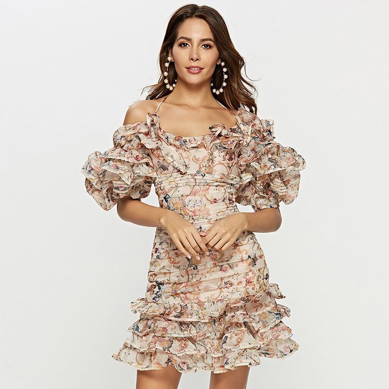 Model trägt Schulterfreies Faltenkleid von vorne