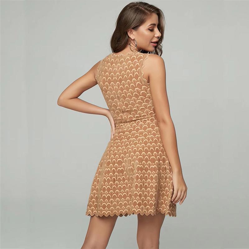 Modelbild Kleid Wellensaum beige Rückenansicht