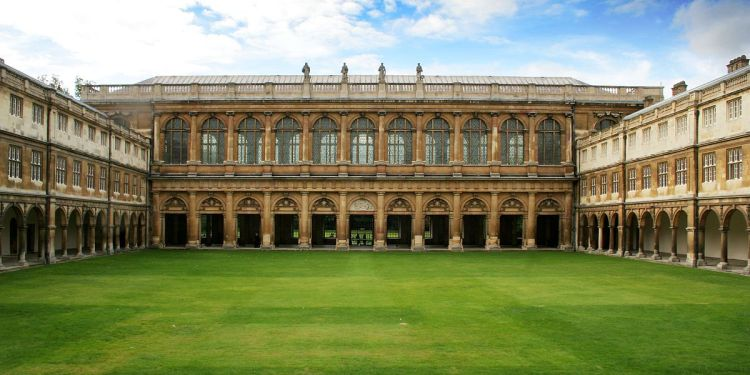 1200px-Cmglee_Cambridge_Trinity_College_Neviles_Court