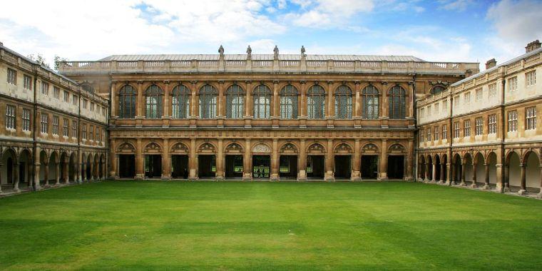 1200px-Cmglee_Cambridge_Trinity_College_Neviles_Court