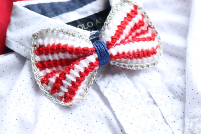 Free crochet bow pattern - make this cute crochet bow-tie in Tunisian crochet or in normal crochet - both patterns are available here!