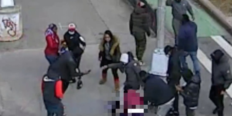 NYC out of control: 12 people beat man, strip him naked, steal everything in broad daylight on major intersection