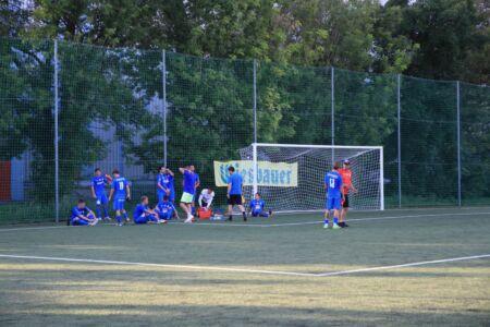 Die Spieler der SV Leobendorf genießen die Halbzeitpause im Schatten hinter einem der Tore