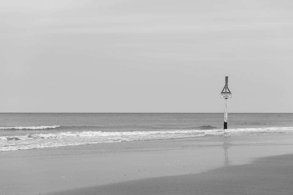 Impressionen der Nordsee in St. Peter Ording am Strand | Fotografie by nordbrise.net | Wilde Wellen in Schwarz Weiß