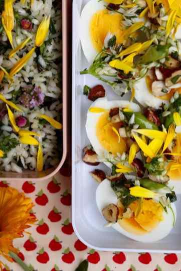 uova con nocciole e aglio orsino
