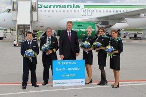 Die Germania-Crew kurz vor dem Start des Erstfluges mit Dr. Joachim Ebert, Verkehrsleiter, Kassel Airport. Bildquelle: Kassel Airport