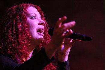 Sorgt für die musikalische Umrahmung: Musicaldarstellerin Karin George (Foto: Rainer Sander)