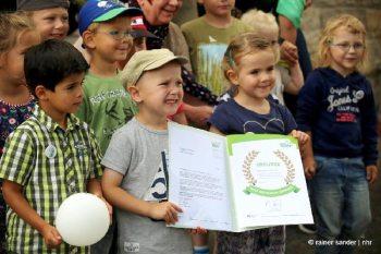 Die kleinen Forscher mit ihrer Urkunde (Foto: Rainer Sander)