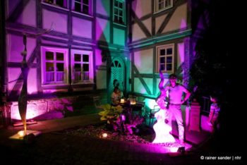 Der Künstler Wackerbarth vor seinem beleuchteten Haus (Foto: Rainer Sander)