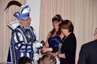 Foto: Schneider / nh Ordensfest mit den Prinzenpaar und verdienten Karnevalisten das Prinzenpaar gibt den Rathausschlüssel an Stadträtin Esther Kalveram zurück