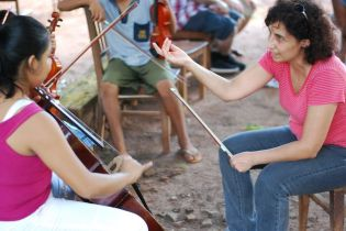 An Argentinian string teacher visiting Santa Ana working with bow hold and other basic skills.