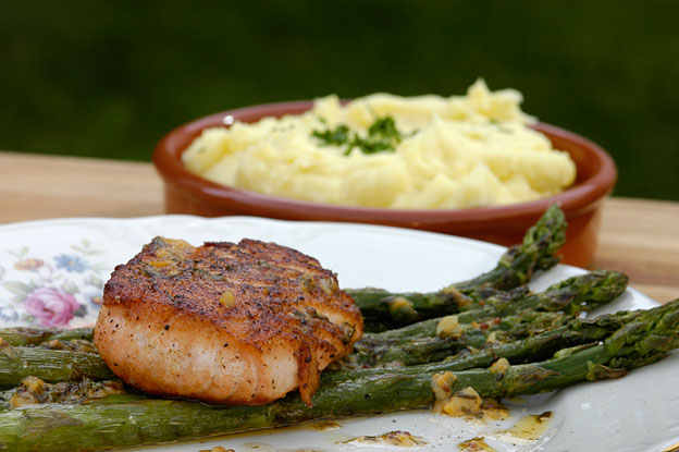 Salmon with asparagus and paradise butter