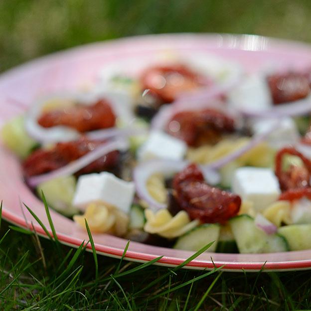 pastasalat med ovnsbakte auberginer og tomater