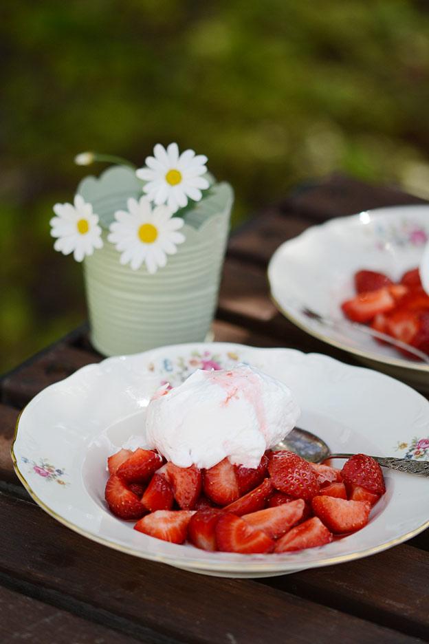Jordbær med marengs og markjordbær