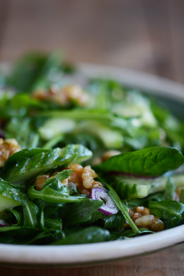 Green salad with walnuts and red onions