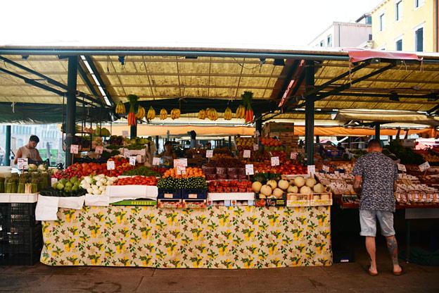 Markedet åpner klokka 07.00 og ligger rett ved den kjente Rialtobrua