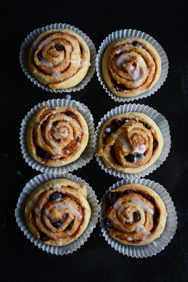 No-knead cinnamon buns with powdered sugar glaze