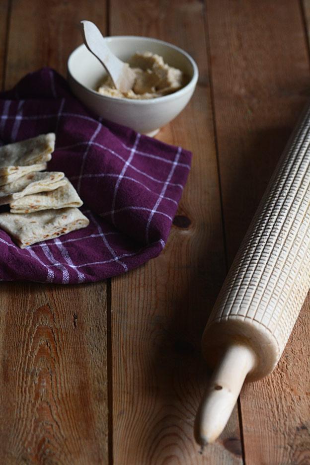 Bodil lager fyllet ved å smøre med smør og strø sukker etterpå. Jeg henter i stedet fram min egen nordnorske tradisjon. Jeg lager smurning. Jeg rører sammen smøret og sukkeret, og gjør som moren min, tilsetter litt vaniljesukker og kanel.