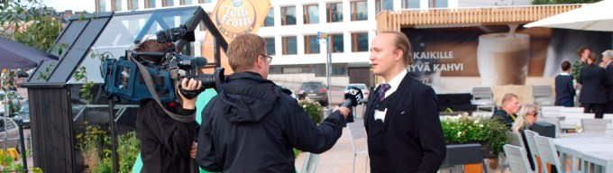 Organizer Mike Pohjola being interviewed by Helsingin Sanomat during the larp. (Play, Juhana Pettersson)