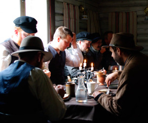 The men, eating breakfast, separate from the women (Play, Simon Svensson)